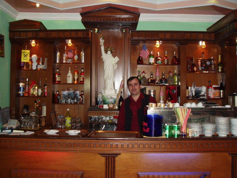 Bar of Hotel Amerika with statuette of Liberty.